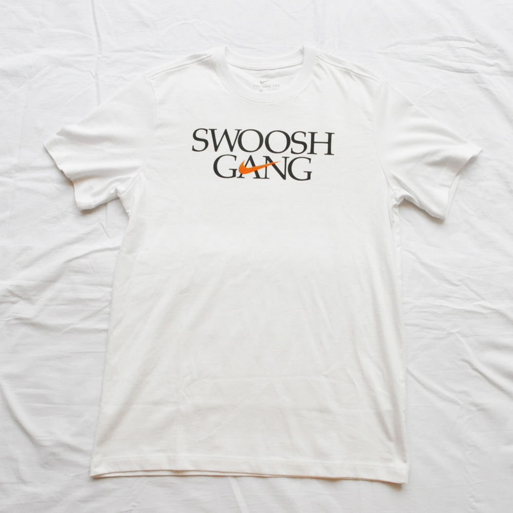 NIKE/ナイキ STANDARD FIT SWOOSH GANG 半袖Tシャツ ホワイト